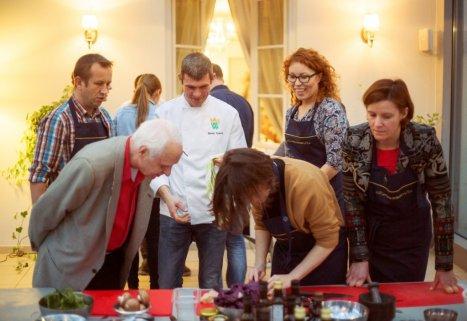Warsztaty w Muzeum Pałacu w Wilanowie. W środku szef pałacowej kuchni Maciej Nowicki. Foto: mteriały prasowe.