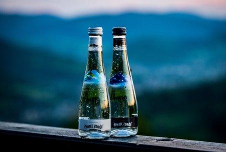 Woda Żywiec Zdrój w szklanych butelkach. Foto: materiały prasowe.