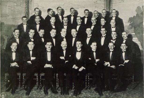 Zdjęcie kelnerów z Oazy pochodzi z albumu pamiątkowego wydanego w 1927 r. przez ten legendarny w XX-leciu lokal.