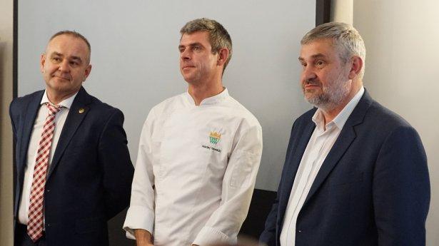 Od lewej: prof. Jarosław Dumanowski, szef kuchni Maciej Nowicki i minister rolnictwa Jan  Krzysztof Ardanowski. Zdjęcie: materiały prasowe.