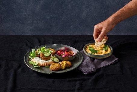 Falafel i hummus są często wybieranymi daniami kuchni roślinnej. Foto: materiały prasowe.