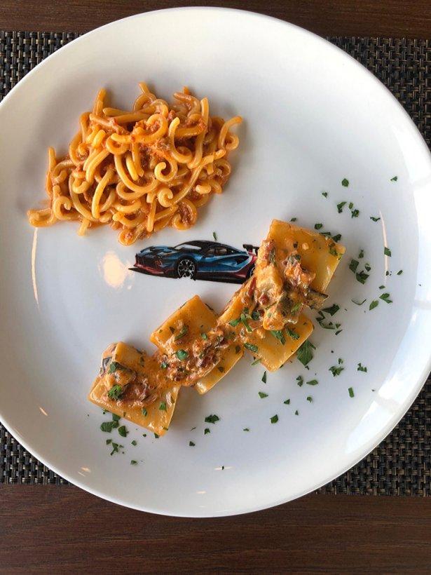 Makaron gramigna z sosem pomidorowym i włoską kiełbasą. LA SQUADRA RISTORANTE. Foto: Michał Radwański