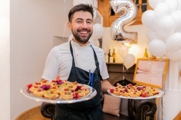 Stanislav Malovytski serwuje przysmaki restauracji Kanapa. Zdjęcia: materiały prasowe.