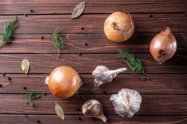 Cebula i czosnek. Zdjęcie: Shutterstock.com