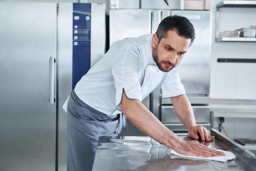 Mycie i dezynfekcja w kuchni. Foto: Shutterstock.