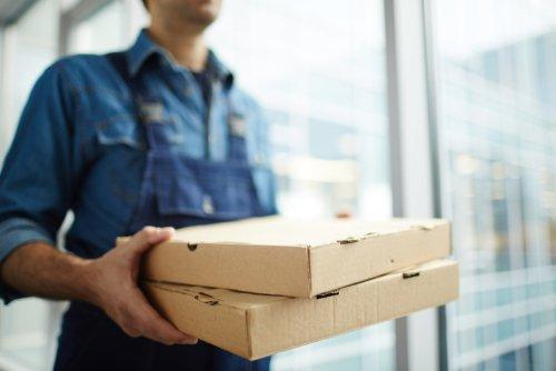 Jedzenie w dostawie. Foto: Shutterstock.
