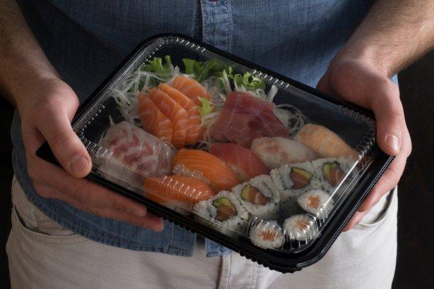 Klienci chętnie zamawiają sushi w dostawie. Zdjęcie: Shutterstock.com