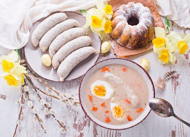 Najpopularniejsze wielkanocne dania - białą kiełbasę, babkę czy żurek - można zamówić w restauracji z dostawą. Zdjęcie: Shuttestock.com.
