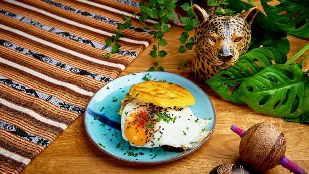 Arepa śniadaniowa z jajkiem sadzonym. Foto: materiały prasowe.