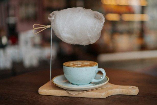 Kawa Sky Latte z The White Bear Coffee. Zdjęcie: materiały prasowe.