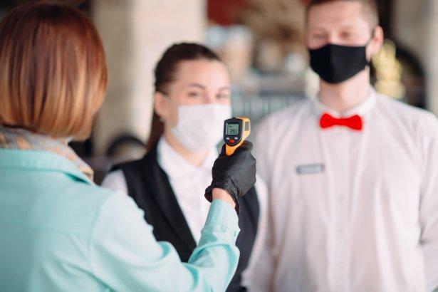 Pracownicy restauracji będą mieli obowiązek pomiaru temperatury i noszenia masek. Zdjęcie: Shutterstock.com.