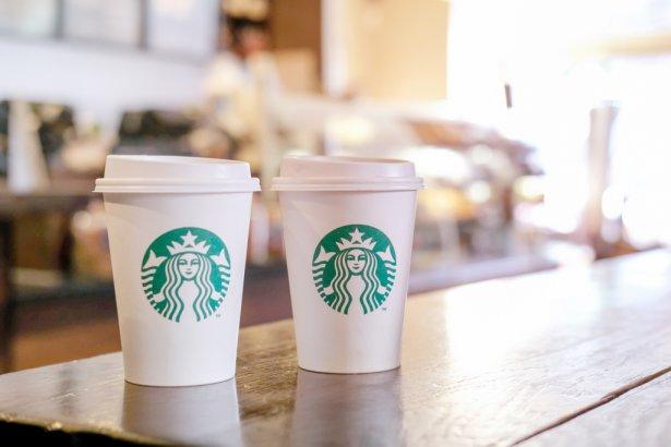 Kawy na wynos w sieci Starbucks. Zdjęcie: Shutterstock.com.