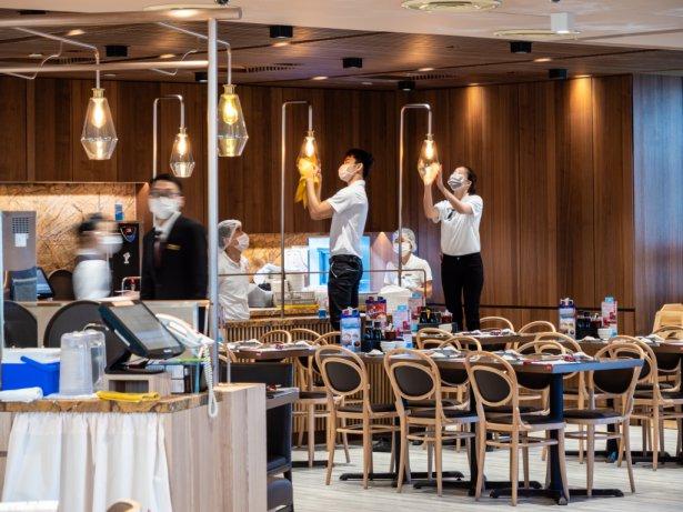 Przygotowania do otwarcia restauracji w Singapurze, marzec 2020 r. Zdjęcie: Shutterstock.com.