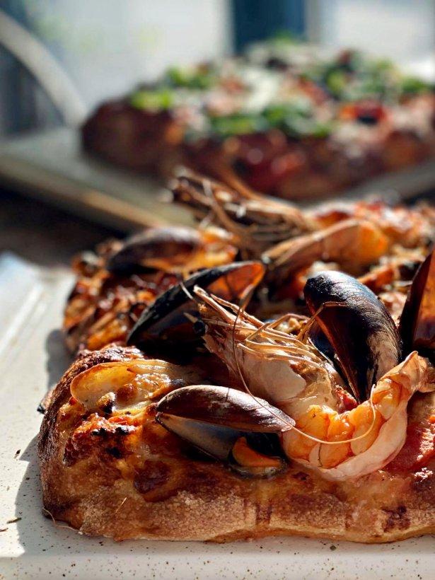Focaccia frutti di mare z restauracji Morski Zając. Zdjęcie: materiały prasowe.