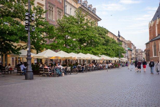 Goście w ogródkach na krakowskim Rynku. Zdjęcie: Katarzyna Płachecka i Karolina Milczanowska.