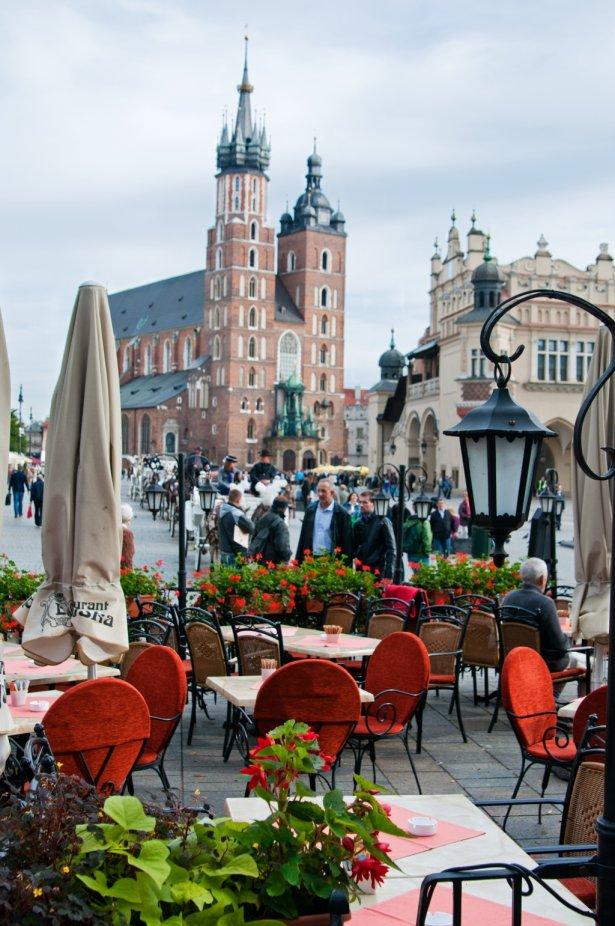 Restauracje na Rynku Głównym w Krakowie nie odnotowały dobrej frekwencji. Zdjęcie: Shutterstock.com.