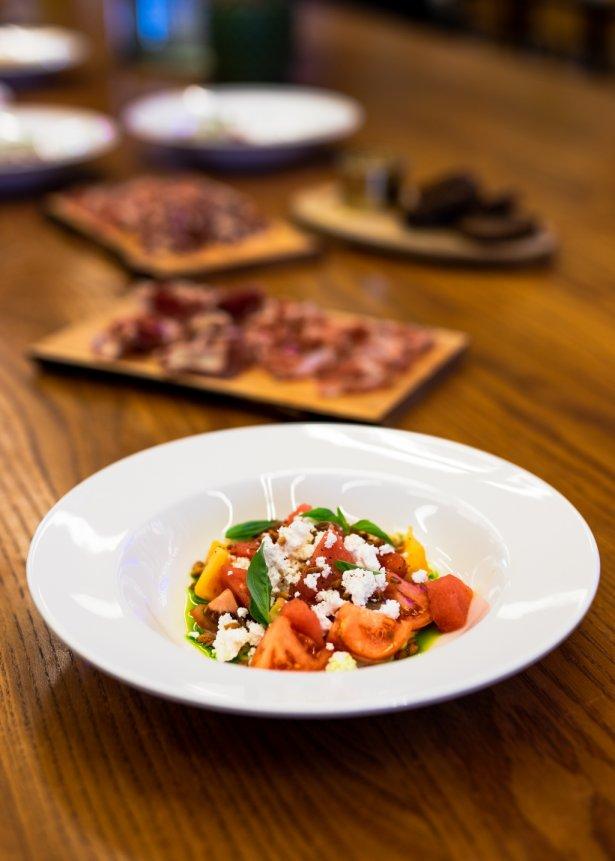 Oferta WuWu - sałatka z pomidorów z arbuzem, twarogiem i bazylią. Zdjęcie: materiały prasowe.