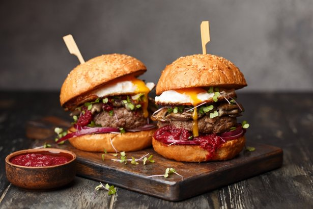 Polacy za pośrednictwem Glovo najchętniej zamawiają burgery. Zdjęcie: Shutterstock.com.