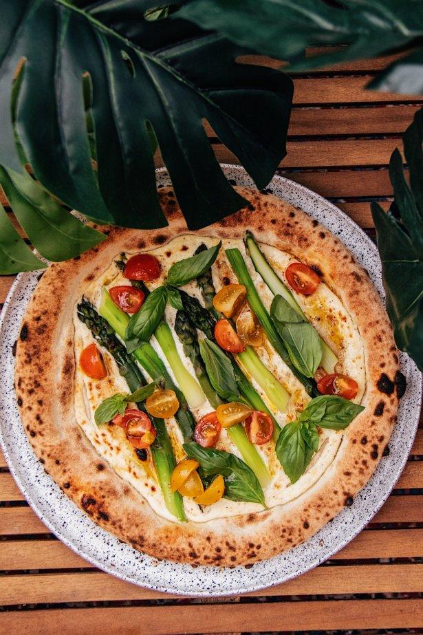Pizza bianca ze szparagami. Zdjęcie: materiały prasowe.