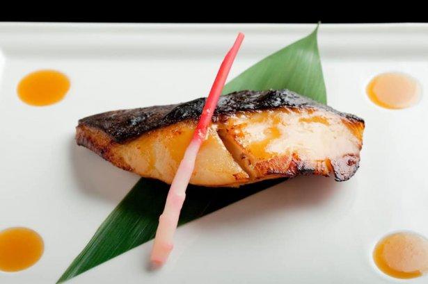 Słynne danie Nobu - czarny dorsz z soem miso. Zdjęcie: materiały prasowe.