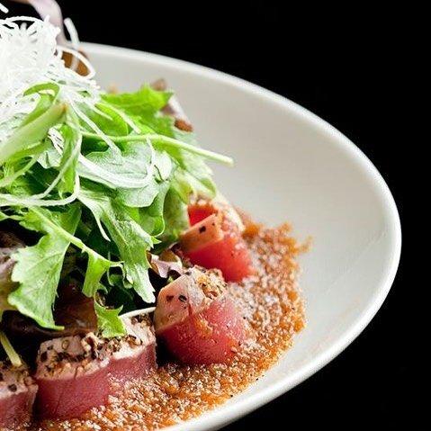 Delikatnie opiekane sashimi z tuńczyka serwowane z selekcją organicznych salat. Zdjęcie: materiały prasowe.