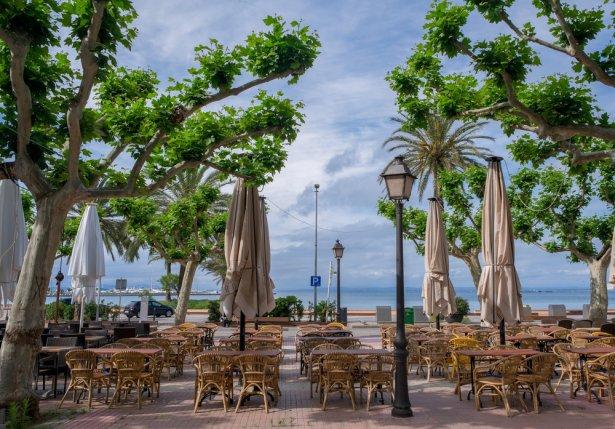 Pusty restauracyjny taras w jednym z śródziemnomorskich kurortów. Zdjęcie: Shutterstock.com.