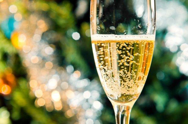 Wino musujące to idealny trunek na lato. Zdjęcie: Shutterstock.com.