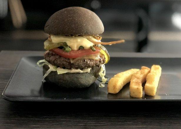 Oferta braci Collins - burger wołowy ze szparagami, cheddarem, chrustem pszenicznym, sosem beszamelowym i wędzonym majonezem. Zdjecie: Monika Jankowska-Kapica.
