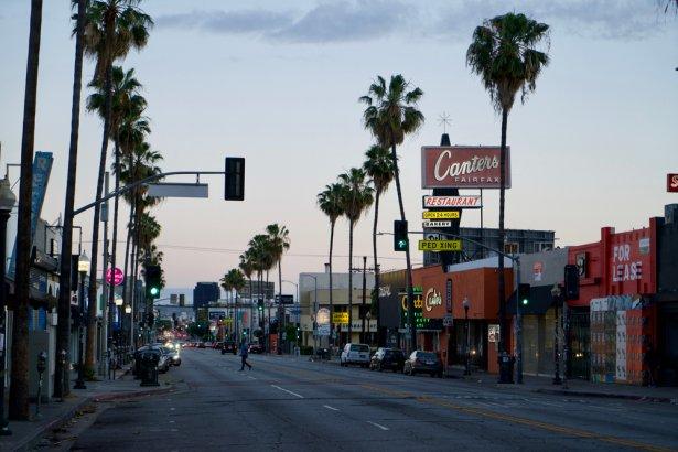 Opustoszała Fairfax Avenue przed legendarnym Canter's Deli w Los Angeles. Zdjecie: Shutterstcok.com.