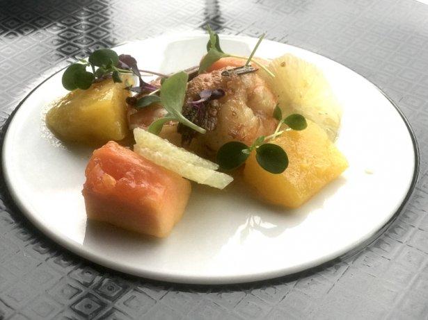 Sałatka z krewetek, mango i papai z palonym masłem. Zdjęcie: Monika Jankowska-Kapica.