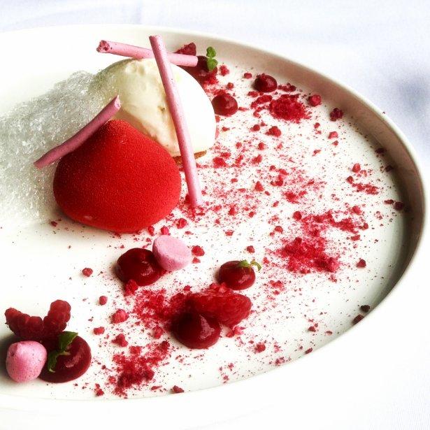 Mus malinowy z jagodami i pianą z białego wina. Zdjęcie: Monika Jankowska-Kapica.