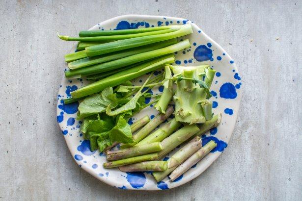 Jadalne zielone części warzyw zazwyczaj lądują w koszu, a można ugotować z nich zupę. Zdjęcie: Shutterstock.com.
