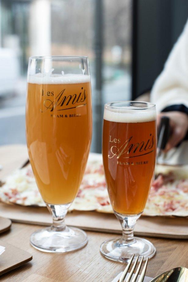 Tarta flambee i piwo lager warzone w Les Amis. Zdjęcie: materiały prasowe.