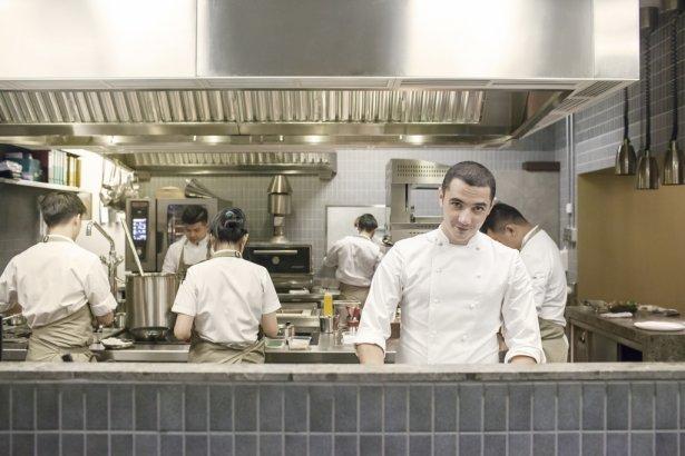 Julien Royer, szef restauracji Odette (3 gwiazdki Michelin, zdobywca I miejsca na liście Asia's Best 50 Restaurants). Zdjęcie: materiały prasowe.