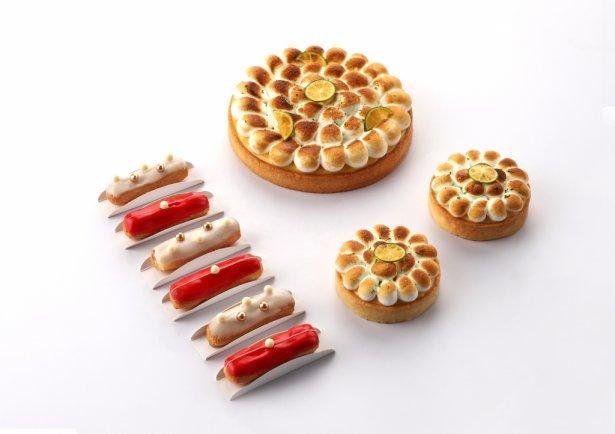 Słynne mini eklery oraz tarta z beza i kalamondyną (krzyżówka mandarynki i kumkwatu) autorstwa Cheryl Koh. Zdjęcie: materiały prasowe.