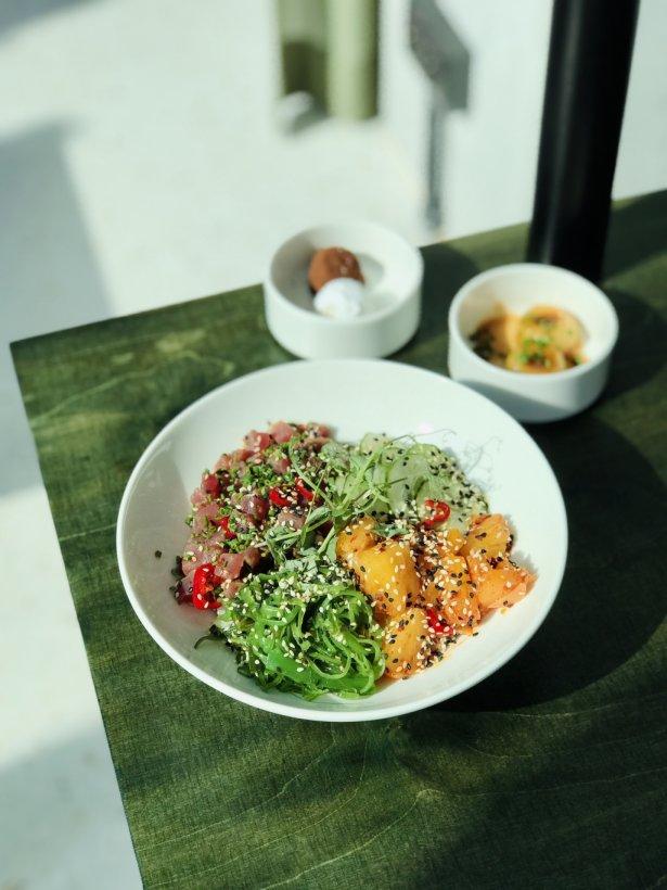 Gotowa propozycja w azjatyckim Bistro Słodowa – tatar z tuńczyka, ryż sushi, kiszony ananas, marynowany ogórek, glony wakame. Foto: Agnieszka Szydziak.