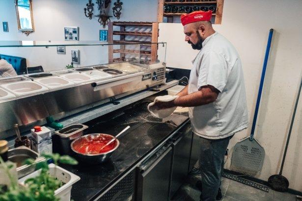 Pizzaiolo ze stołecznej Tutti Amici. Foto: pyzamadeinpoland.pl